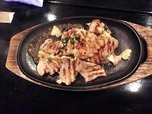 ちんぼーら、島豚アグーバラ肉のニンニク鉄板焼き